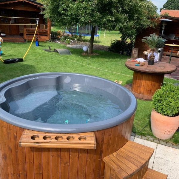 HOT TUB WITH INTEGRATED HEATER (STANDARD EQUIPMENT)